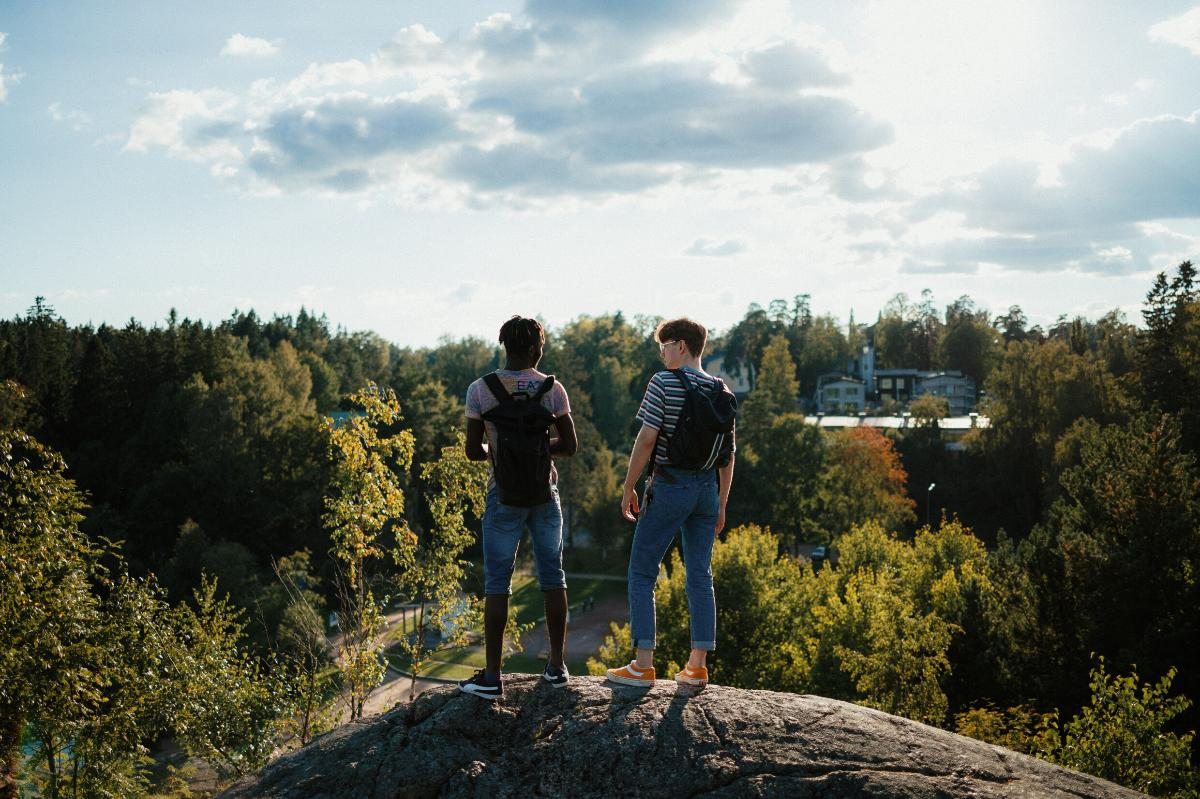 Kaksi poikaa korkealla mäellä
