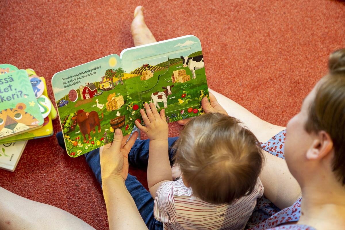Vanhempi ja lapsi lukevat