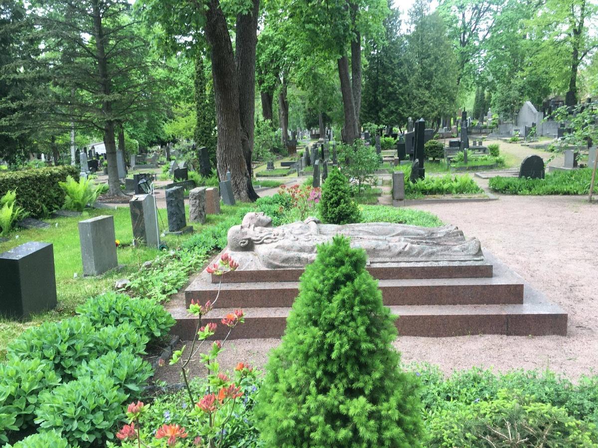 Linkki tapahtumaan Kiehtovia tarinoita kansainvälisistä helsinkiläisistä - Kävelykierros Hietaniemen hautausmaan vanhalla puolella