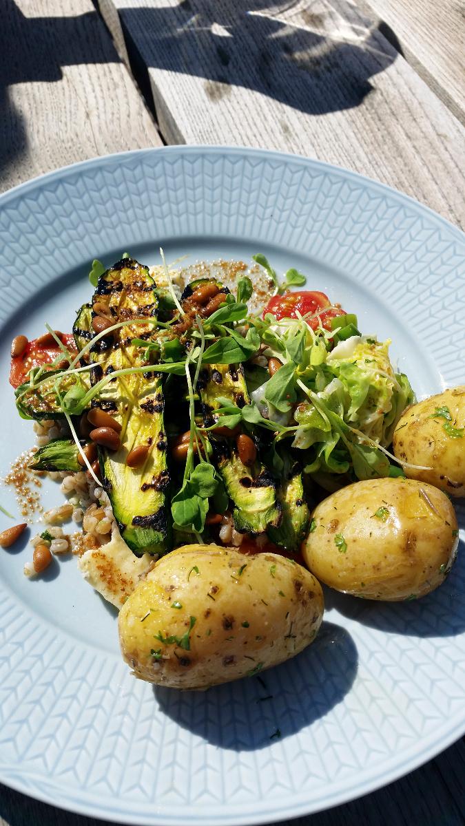 Vegaanista ruokaa lautasella