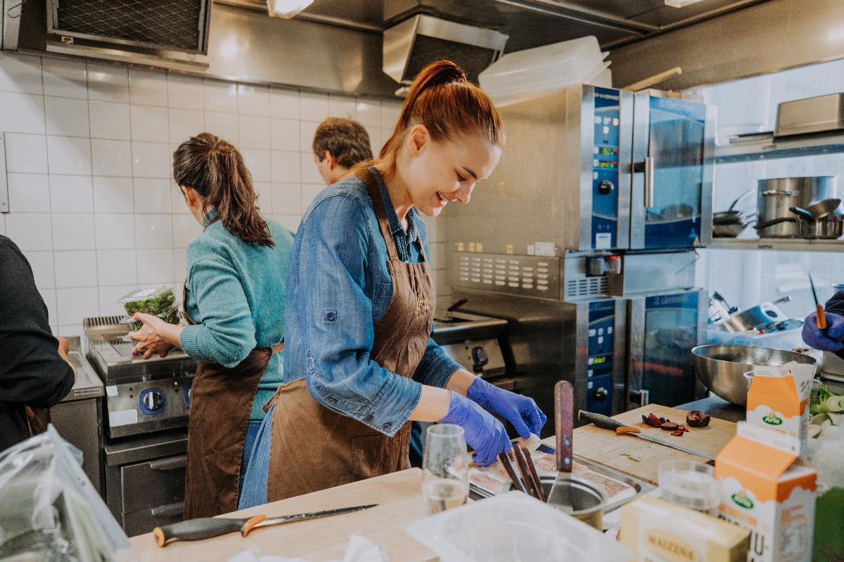 Kuvassa porukka on keittiössä kokkauspuuhissa
