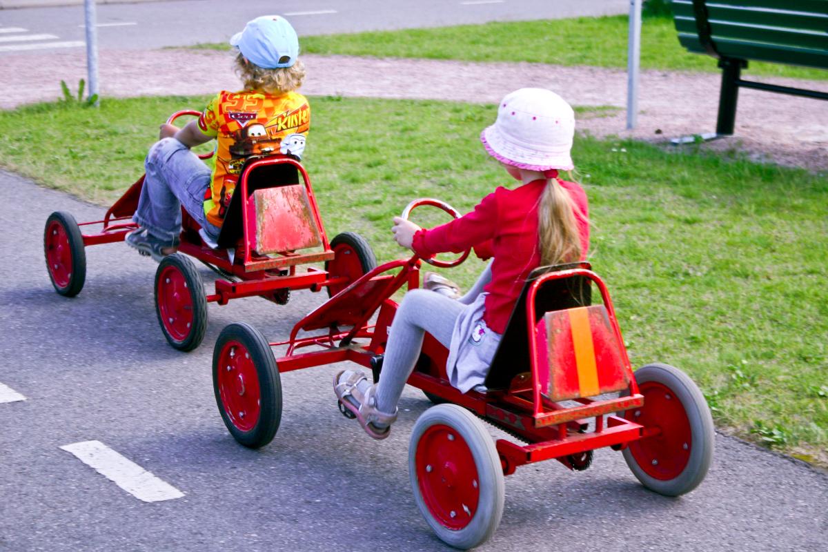 Lapset polkuautoilevat Lasten liikennekaupungissa