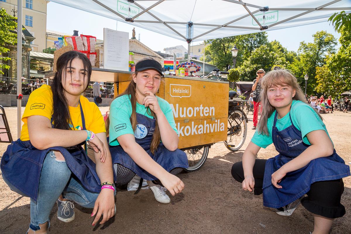 Nuorten ekokahvila tarjoaa kasvisherkkuja Stoan aukiolla.