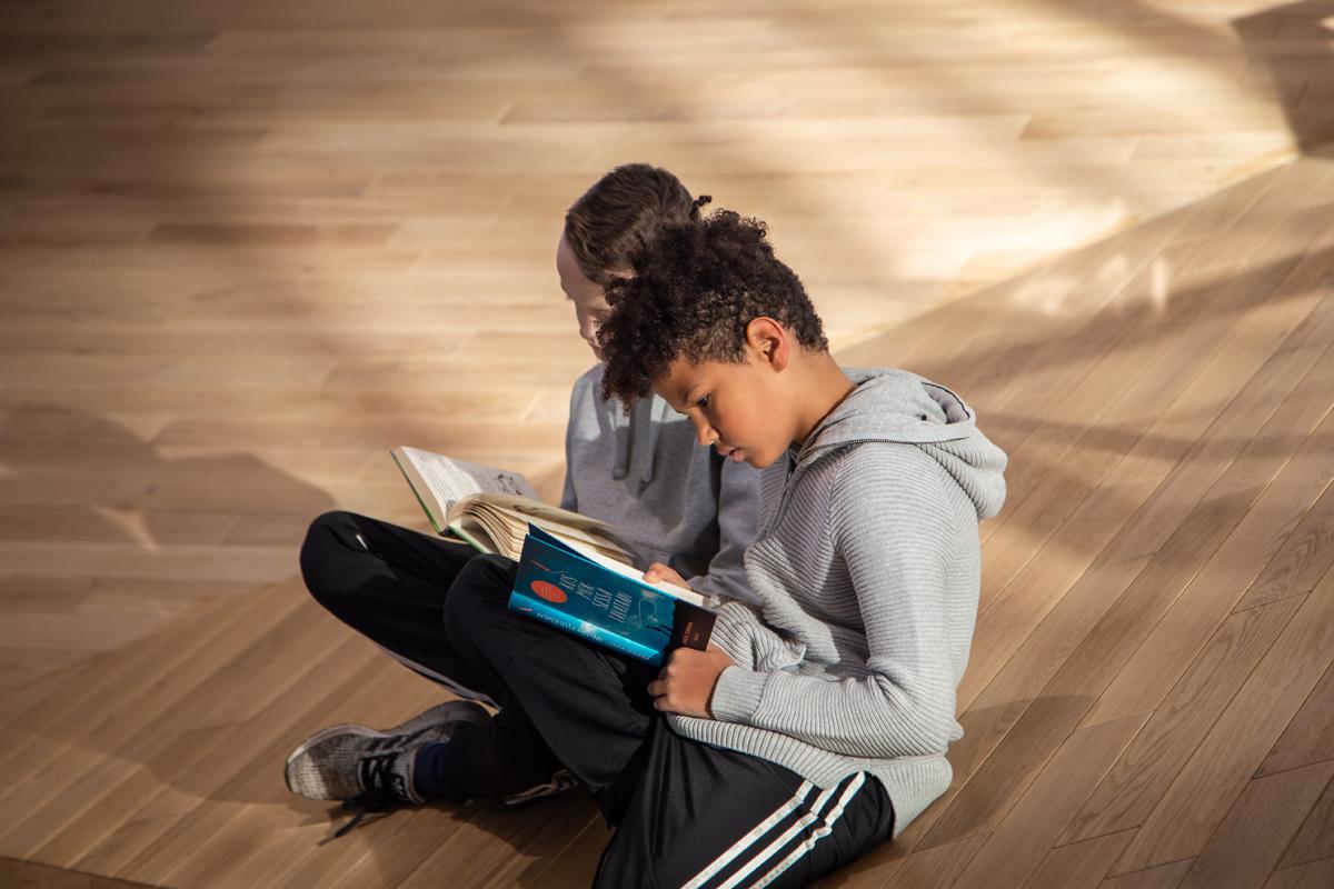 Lapset lukemassa