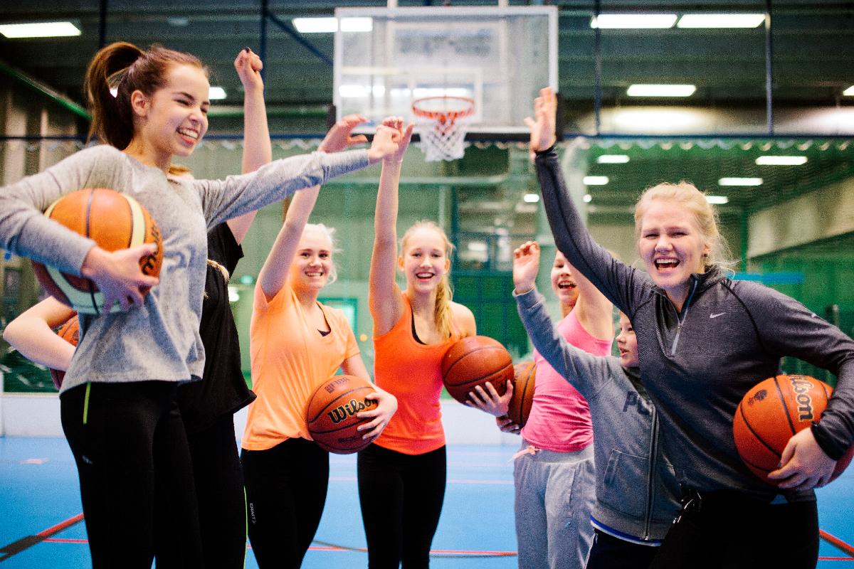 kuvassa hyvä sporttimeininki nuorten porukalla