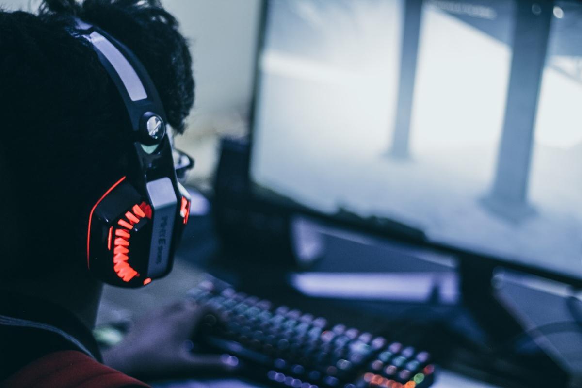 Ihminen tietokoneen ääressä