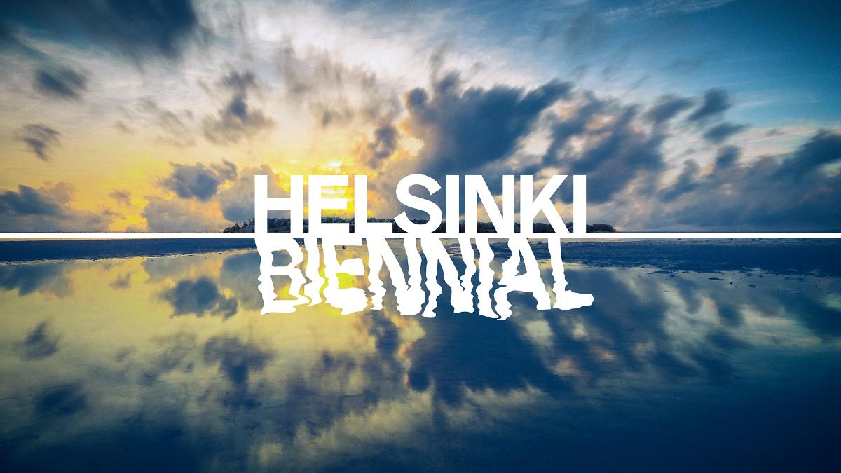 Kuvassa Helsinki biennial teksti taiteiltuna kuvaan jossa taivas ja veden heijastus