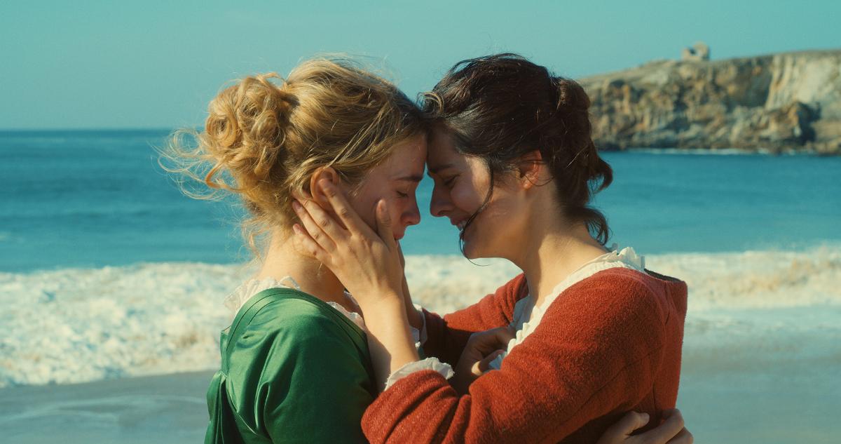 Kaksi naista rannalla.