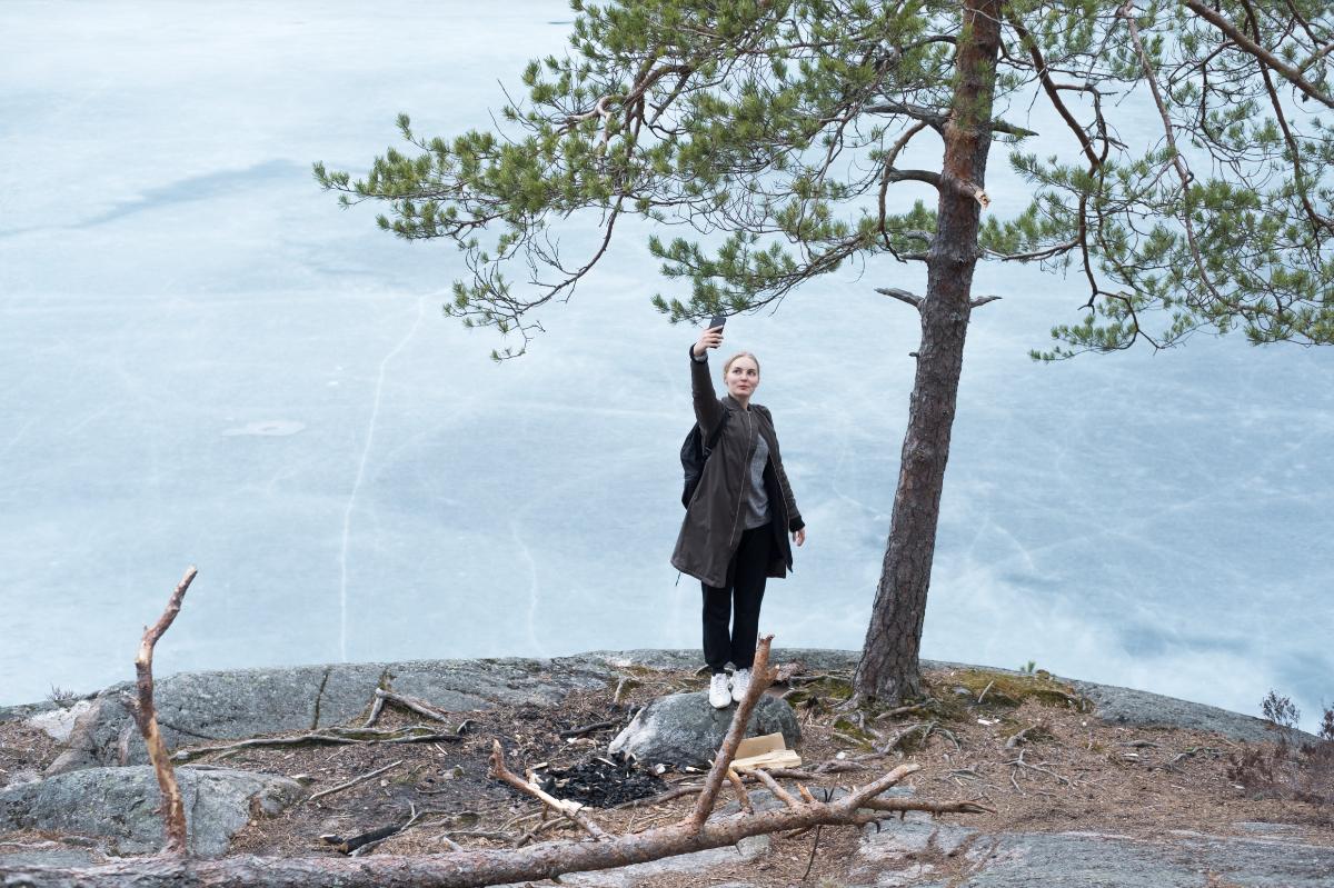 kuvassa kalliomaisemassa seisova henkilö